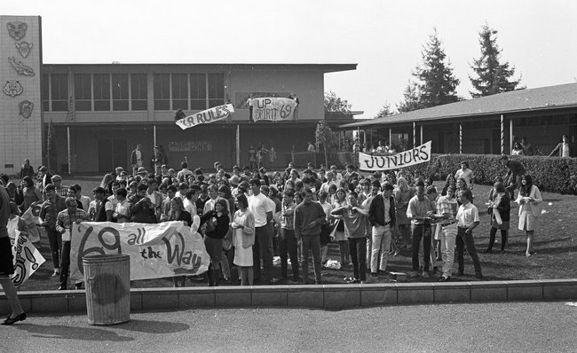 The Elwood P. Cubberley High School Class of 1969 celebrates Homecoming on the quad. Courtesy of the Catamount
