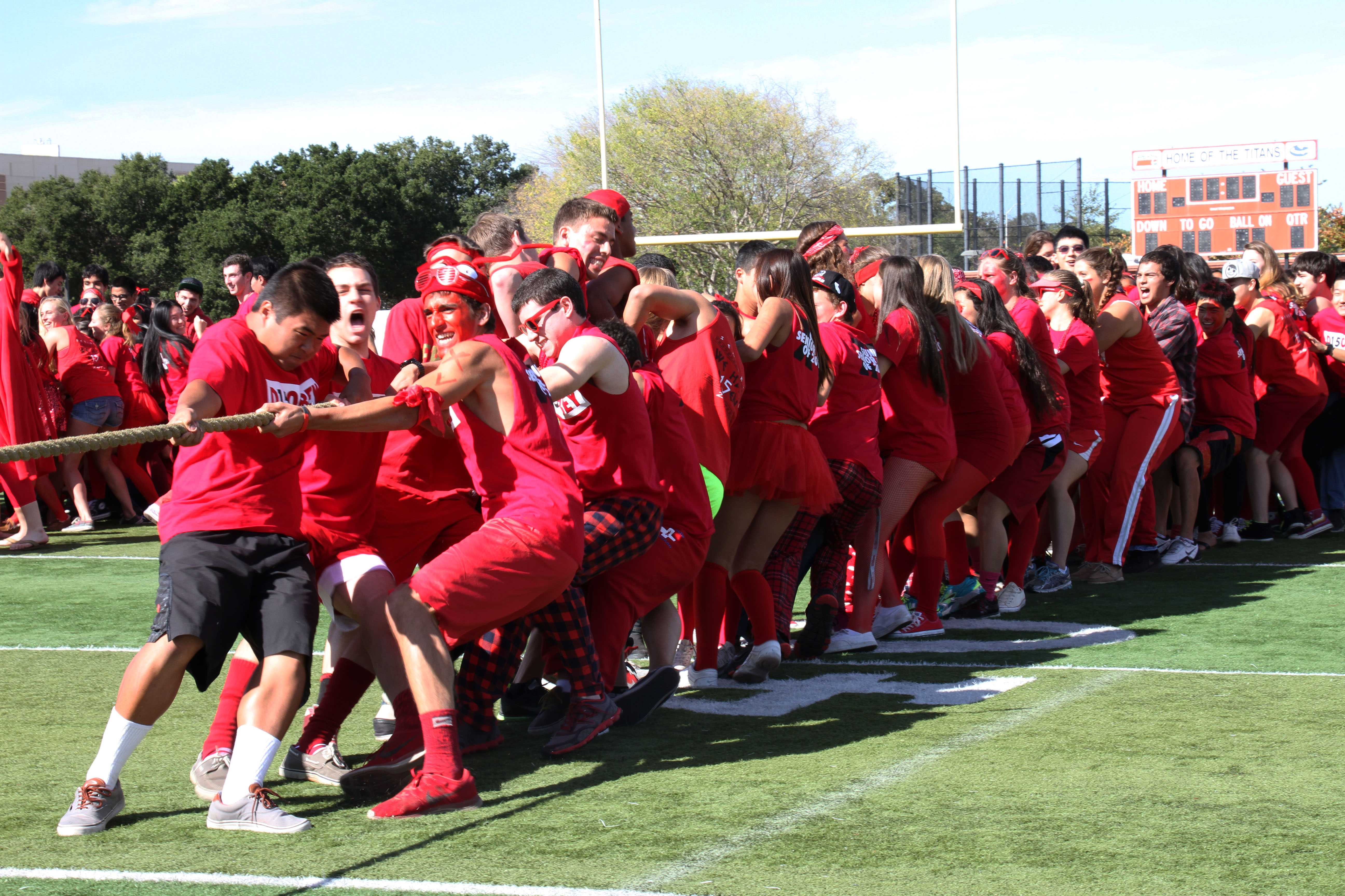 Senior+class+of+2015+pushes+through+the+end+of+a+Tug-of-War+match+during+Lunch.+Photo+by+Alexandra+Ting.
